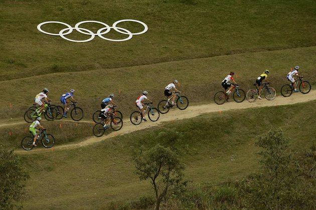 Kateřina Nash (vlevo) v čele olympijského závodu.