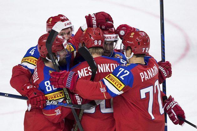 Ruští hokejisté oslavují gól proti Lotyšům.