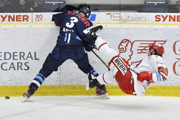 Zleva Ronald Knot z Liberce a Matěj Stránský z Třince ve třetím finále hokejové extraligy.