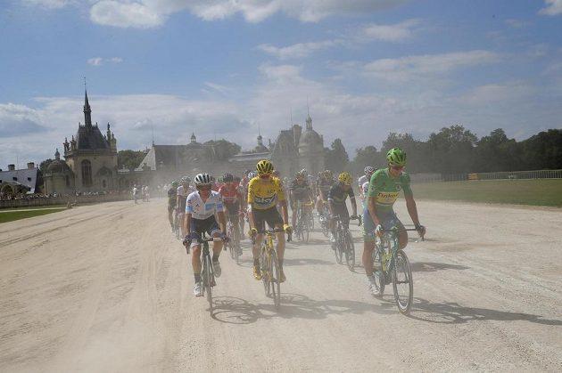 Závěrečná etapa Tour byla odstartována. V čele jede ve žlutém vstříc celkovému triumfu Brit Chris Froome, vlevo mu sekunduje v zeleném trikotu pro nejlepšího spurtera Slovák Peter Sagan.