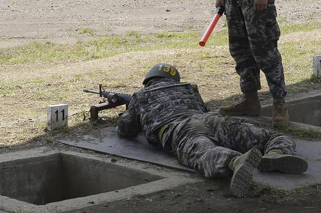 Vojenský dril a střelba z pušky. Fotbalistu Tottenhamu Son Hung-min na výcviku jihokorejské námořní pěchoty