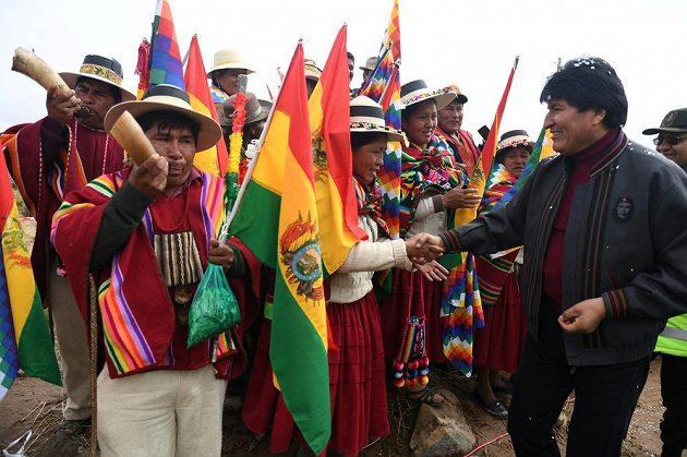 Bolívijský prezident Evo Morales zdraví diváky při 7. etapě Rallye Dakar.