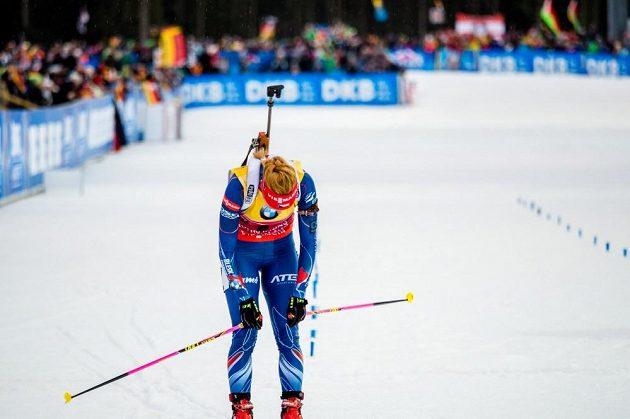 Znavená Gabriela Soukalová v cíli stíhacího závodu v Ruhpoldingu.