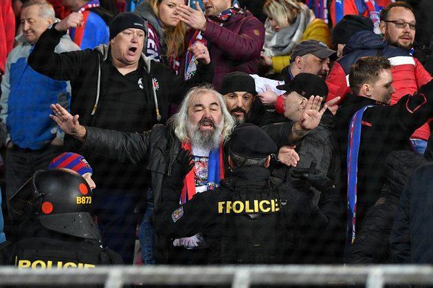 Policie na Spartě řešila problemy s plzeňskými fanoušky.