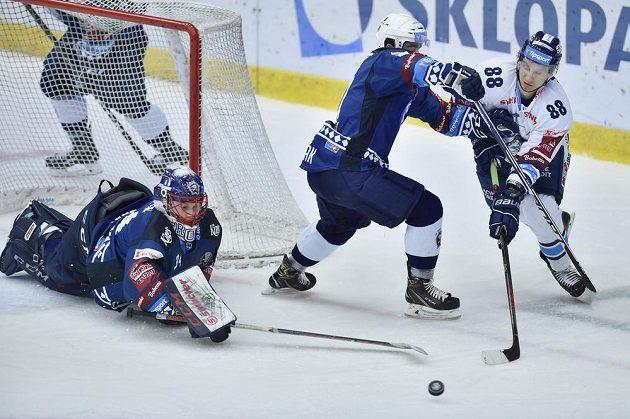 Plzeňský brankář Dominik Frodl se natahuje holí po puku v utkání s Libercem.