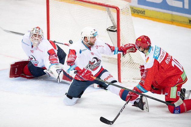 Lukáš Rousek ze Sparty Praha střílí gól na 1:1 během utkání Tipsport extraligy s Pardubicemi.