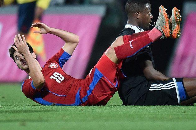 Český záložník Michal Trávník po souboji s jedním z belgických fotbalistů.