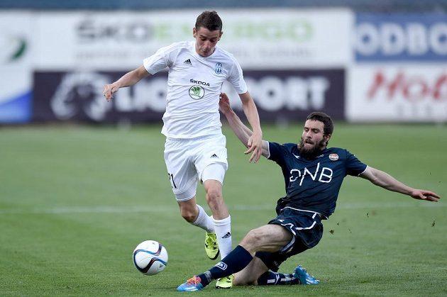 Mounir Hamoud ze Strömsgodsetu (vpravo) se snaží vypíchnout míč mladoboleslavskému záložníkovi Ondřeji Zahustelovi.