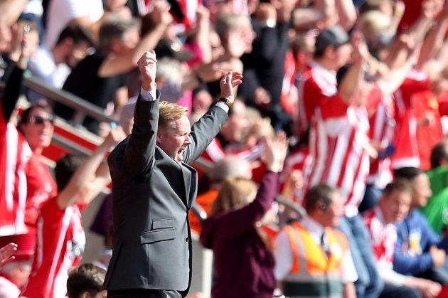 Trenér Southamptonu Ronald Koeman slaví gól v síti Crystal Palace v utkání 38. kola Premier League.