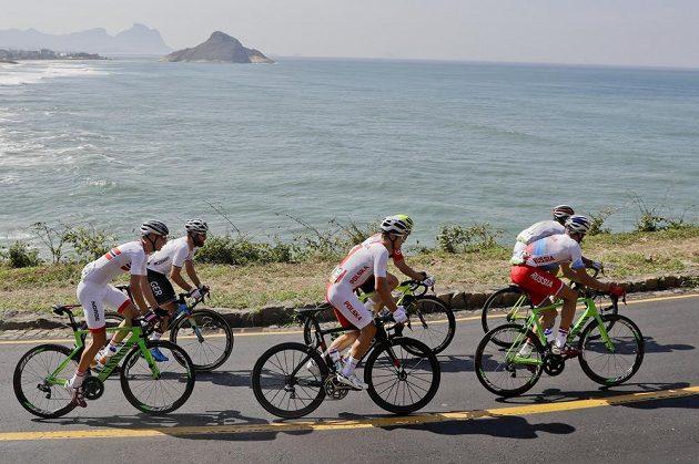 Šestice cyklistů v úniku během olympijského závodu.