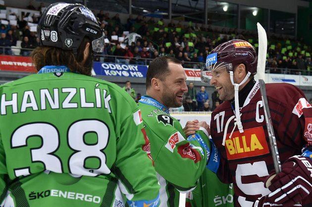 David Výborný (uprostřed) si přátelsky podává ruku s kapitánem Sparty Jaroslavem Hlinkou (vpravo), všemu přihlíží i kapitán Mladé Boleslavi Jan Hanzlík (vlevo).