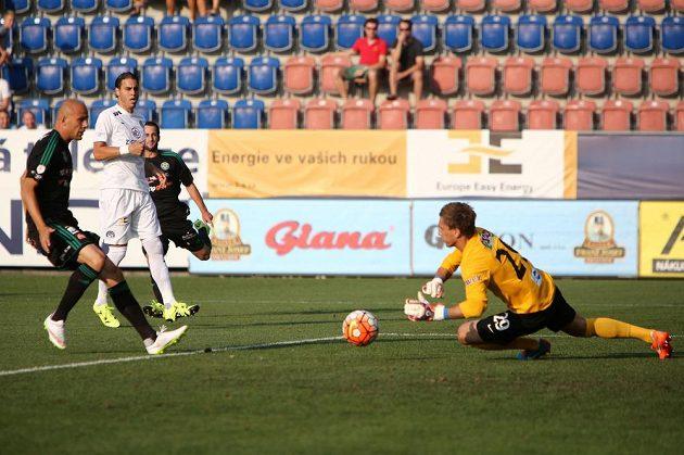 Brankář Milan Heča ze Slovácka v utkání s Příbramí. Roman Bednář (vlevo) přišel pozdě.
