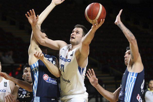 Čeští basketbalisté završili vítězně náročnou cestu olympijskou kvalifikací ve Victorii, když ve finále rozdrtili Řecko 97:72. Jednu z akcí zakončuje Jaromír Bohačík.