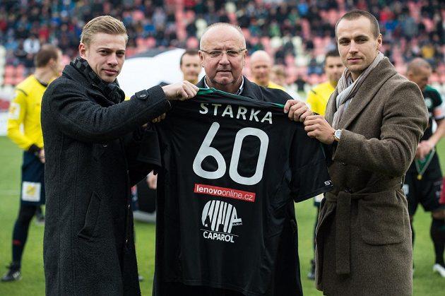Majitel příbramského klubu Jaroslav Starka (uprostřed), ředitel Petr Větrovský (vlevo) a syn Jaroslava Starky před zápasem 10. kola Synot ligy proti Spartě.