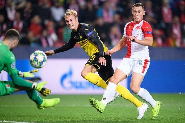 Julian Brandt z Dortmundu a Jan Bořil ze Slavie Praha během utkání základní skupiny Ligy mistrů.