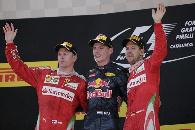 Stupně vítězů - uprostřed Max Verstappen, vlevo druhý Kimi Räikkönen a třetí Sebastian Vettel, oba jezdci Ferrari.