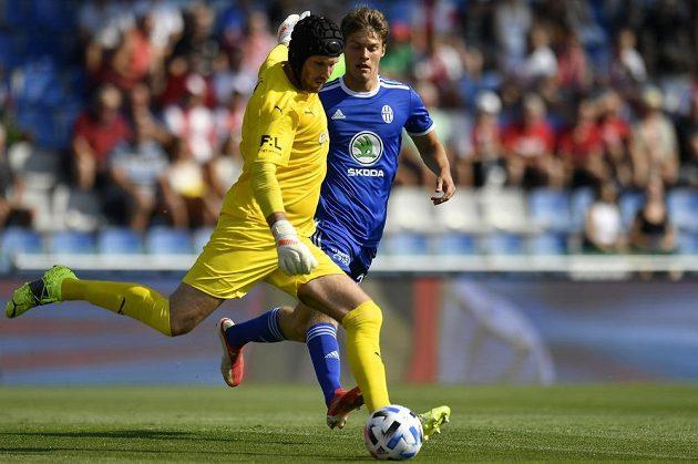 Zleva brankář Slavie Ondřej Kolář a Lukáš Mašek z Boleslavi v utkání 4. kola Fortuna ligy