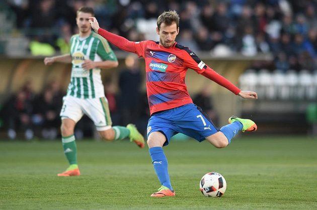 Tomáš Hořava z Plzně střílí v zápase proti Bohemians.