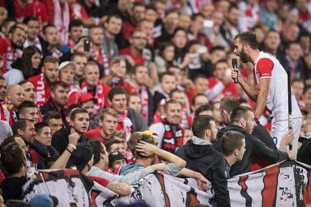 Záložník Slavie Praha Josef Hušbauer během děkovačky s fanoušky po derby.