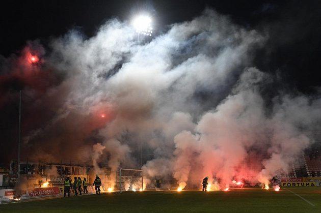 Fanoušci Sparty v úvodu utkání naházeli na hřiště světlice. Zápas byl kvůli tomu přerušen.