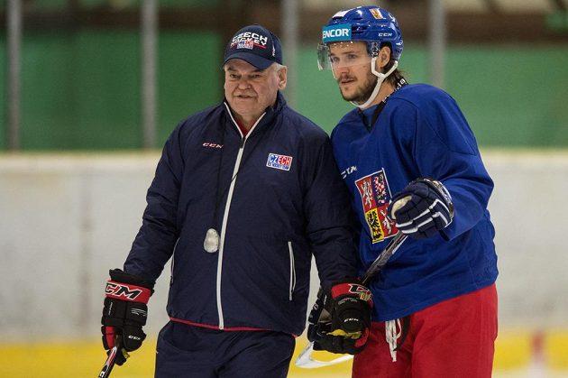 Obránce Tomáš Kundrátek a trenér Vladimír Vůjtek během tréninku ve Velkých Popovicích.