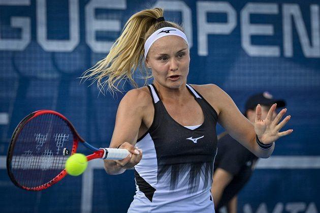 Mladá slovenská tenistka Rebecca Šramková v akci v utkání proti Petře Kvitové.