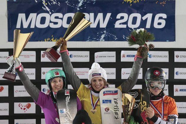 Na stupních vítězů (zleva) druhá Ladina Jennyová, vítězka Patrizia Kummerová (obě ze Švýcarska) a třetí Ester Ledecká.