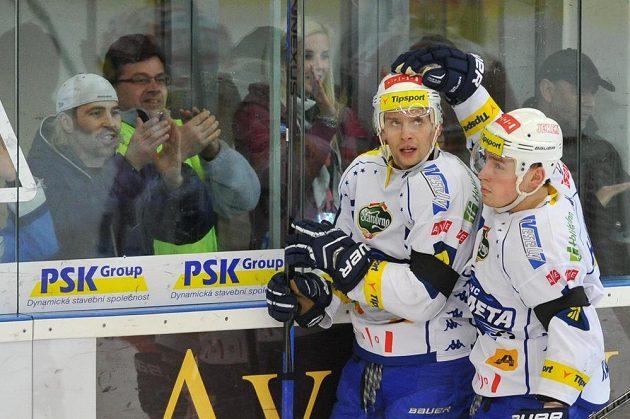 Brňenští hokejisté Jan Káňa (vlevo) a Jan Hruška se radují z gólu proti Třinci.