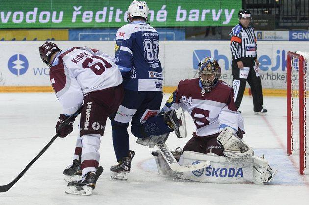 Plzeňský Marcel Hossa mezi sparťany Lukášem Klimkem (vlevo) a Tomášem Pöpperlem.