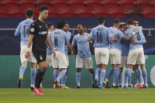 Fotbalisté Manchesteru City se radují z gólu proti Mönchengladbachu.