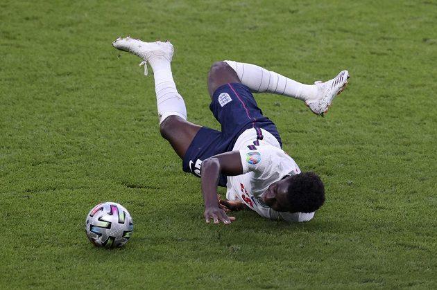 Bukayo Saka z Anglie v nefotbalové pozici během semifinále EURO s Dánskem.