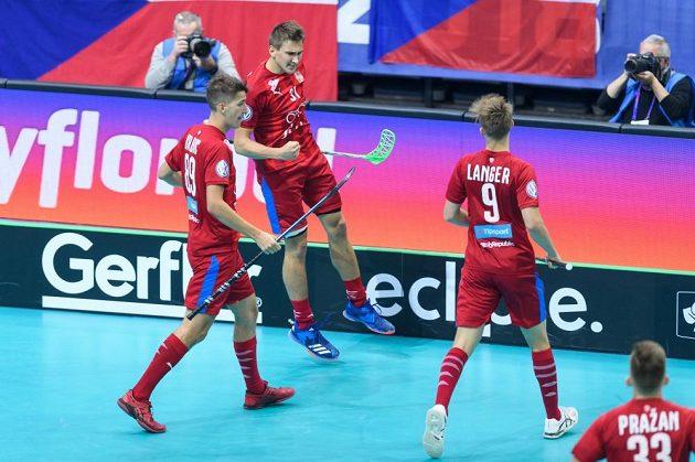 Češi slaví svůj první gól na mistrovství světa, uprostřed jeho autor Josef Rýpar.