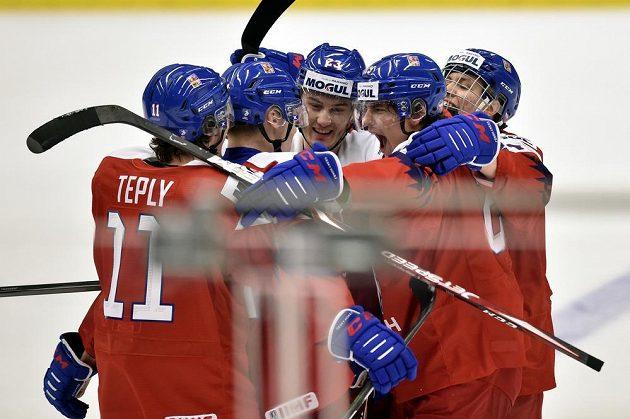 Čeští hráči se radují z gólu proti Rusku na MS do 20 let.
