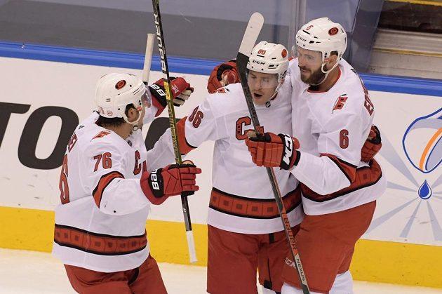 Hokejisté Caroliny se radují z gólu proti Bostonu.