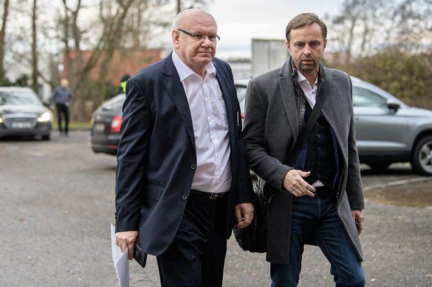 Místopředseda FAČR Zdeněk Zlámal (vlevo) a majitel Baníku Ostrava Václav Brabec během mimořádné Valné hromady FAČR.