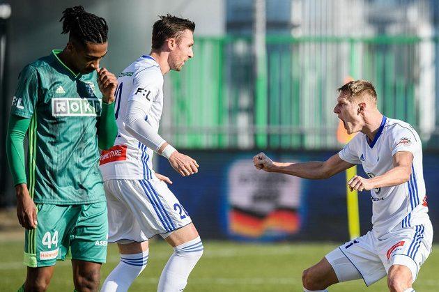 Jaromír Zmrhal a Michal Škoda z Mladé Boleslavi oslavují gól na 2:0 během utkání s Karvinou.