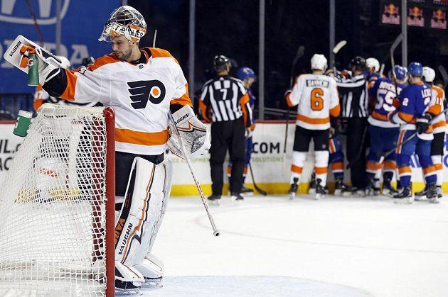 Gólman Philadelphie Flyers Petr Mrázek v utkání NHL s New York Islanders.