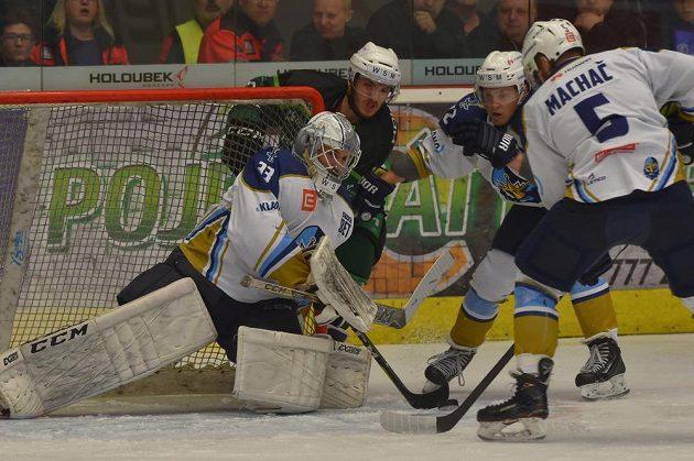 Závar před kladenskou brankou, kterou hájil Lukáš Cikánek, v utkání 10. kola baráže o hokejovou extraligu na ledě Karlových Varů.