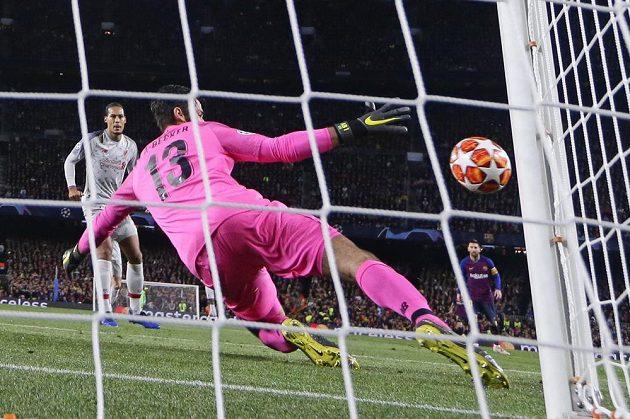 Liverpoolský gólman Alisson při zkroku proti střele Luise Suáreze v úvodním semifinále Ligy mistrů.