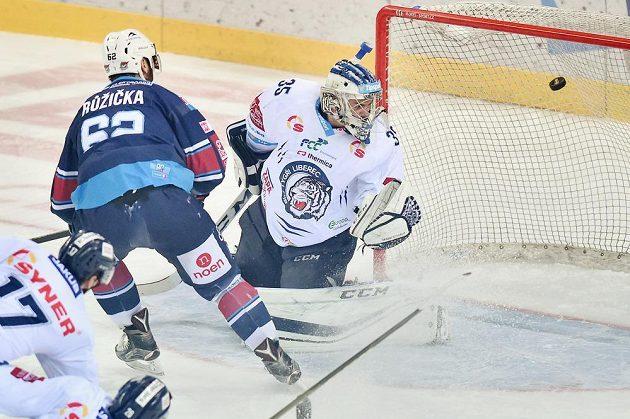 Brankář Liberce Roman Will inkasuje první gól od Vladimíra Růžičky (vlevo) z Chomutova během pátého zápasu semifinále play off hokejové extraligy.