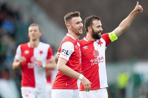 Fotbalisté Slavie Jaromír Zmrhal a Josef Hušbauer oslavují gól na 3:0 v utkání 23. kola proti Bohemians 1905.