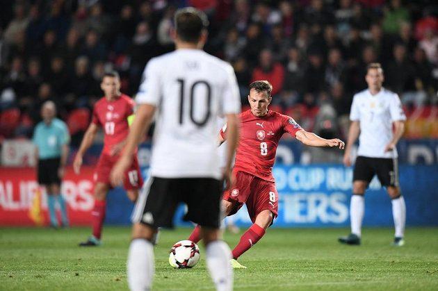 Vladimír Darida se napřahuje ke gólové střele.