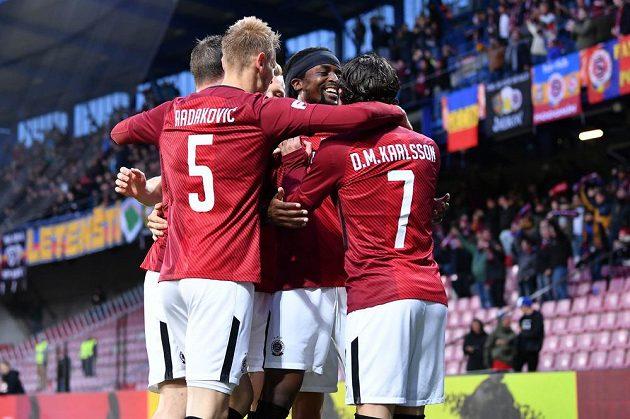 Fotbalisté Sparty slaví gól, do liberecké sítě se trefil Costa.