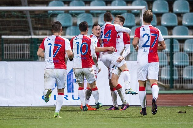 Fotbalisté Slavie Praha oslavují gól Milana Škody (druhý zprava).