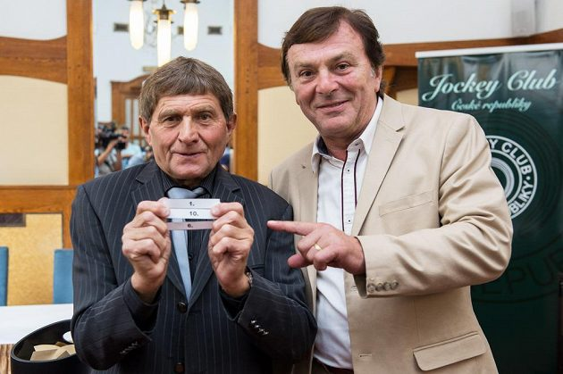 Žokej Josef Váňa a herec Pavel Trávníček během losování startovních čísel na 126. ročník dostihového závodu Velká pardubická.