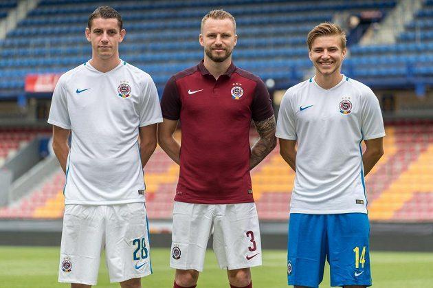 Fotbalisté Sparty (zleva) Ondřej Zahustel, Michal Kadlec a Martin Frýdek v dresech pro novou sezónu.