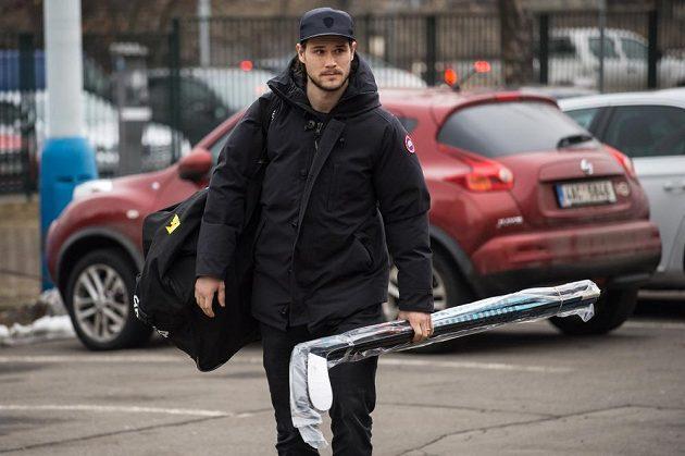 Tomáš Kundrátek přichází na sraz hokejové reprezentace v Praze.