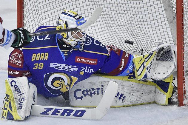 Brankář Zlína Libor Kašík inkasuje třetí gól.