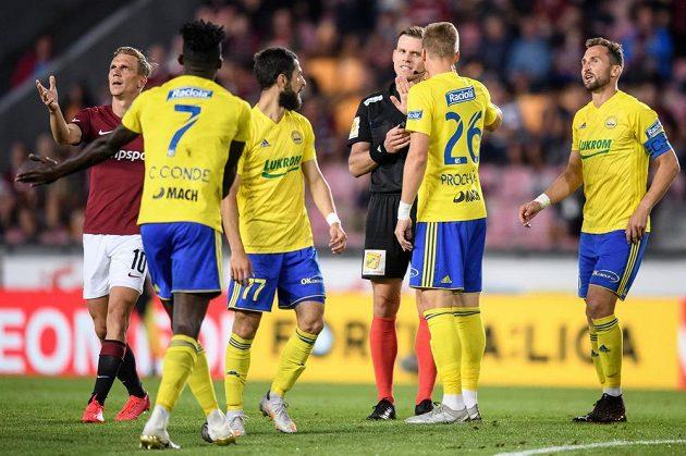 Rozhodčí Rejžek a fotbalisté Zlína během utkání na Spartě.