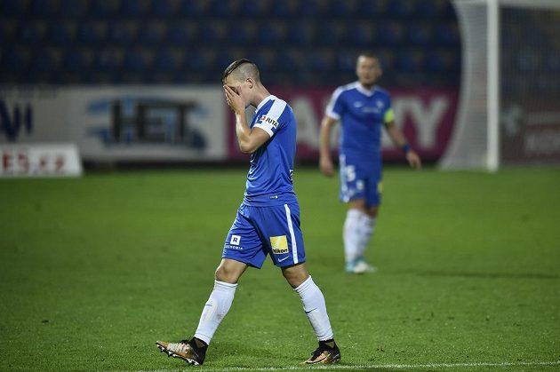 Trávník opouští v duelu se Slováckem vyloučený liberecký hráč Ondřej Karafiát.